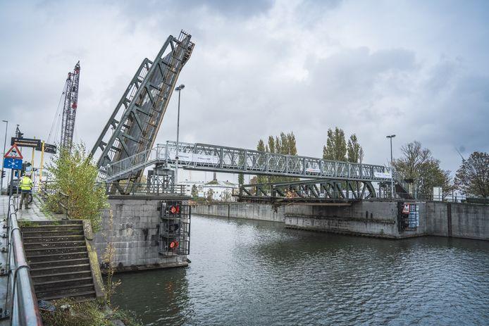 De voetgangersbrug werd opnieuw naast Meulestedebrug geplaatst.