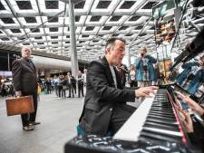 Hans Jansen bespeelt alle Nederlandse stationspiano's, in één dag
