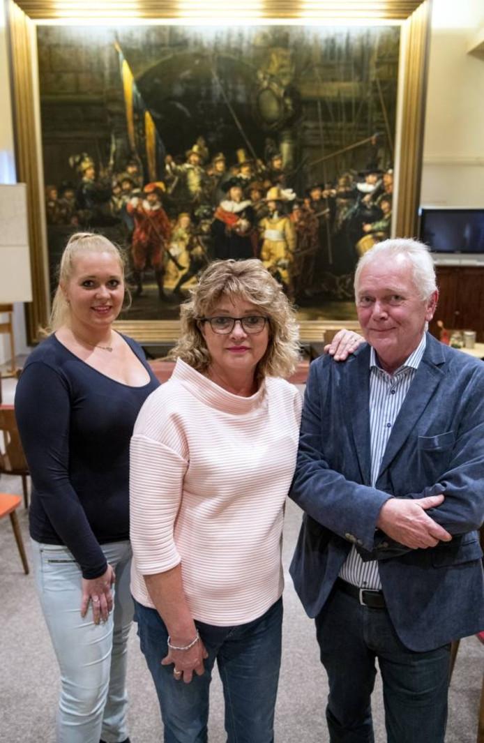 Linda (links), Romy en Gert Geissler voor de Nachtwacht van Dalfsen.