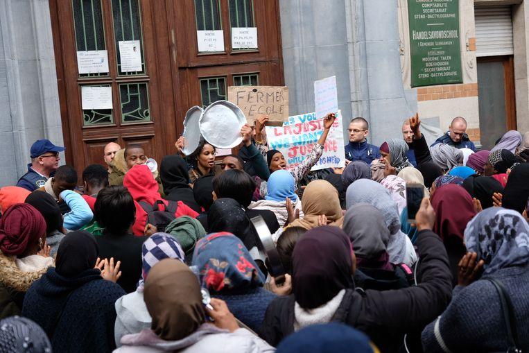 """""""De school moet dicht"""", scanderen ouders aan de school in Schaarbeek."""
