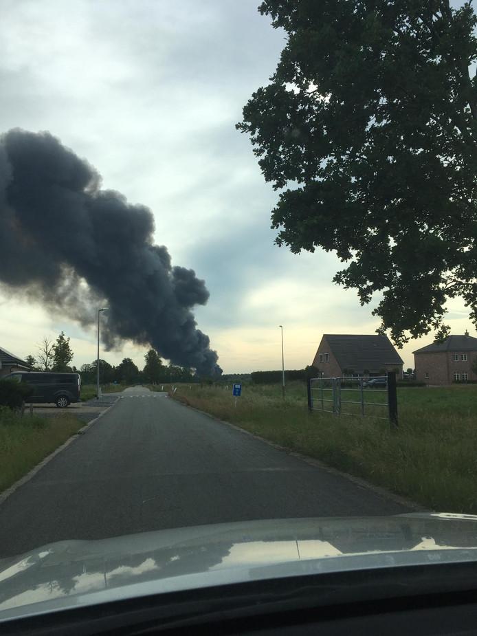 De brand is ver te zien. Onder meer in Lommel kan je niet naast de rookpluim kijken.