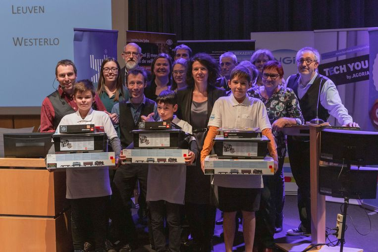 De winnaars van de Vlaamse Junior STEM Olympiade, met links Dries Gouwkens.
