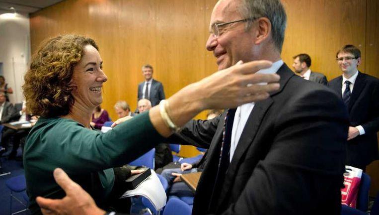 Minister Henk Kamp van Economische Zaken en Femke Halsema begroeten elkaar voorafgaand aan de presentatie van het rapport Commissie behoorlijk bestuur. Beeld anp