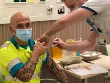 Ambulancemedewerker Dennis krijgt eerste prik: 'Hoop op begin nieuwe normaal'