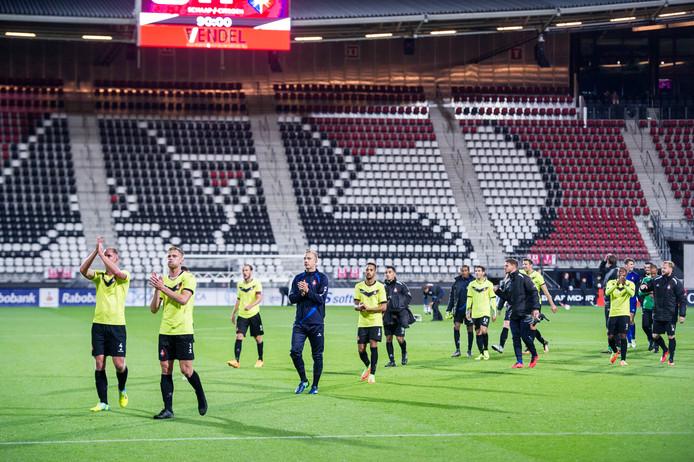 Telstar bedankt de meegekomen supporters na het duel met Jong AZ (2-2).