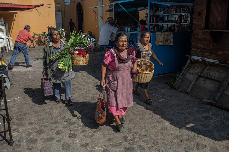 Een groep vrouwen loopt over de Teotitlan del Valle markt. Beeld Alejandro Cegarra