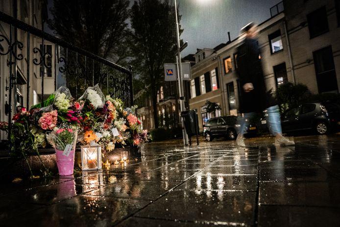 Bloemen op de plek van de mishandeling in het Spijkerkwartier.