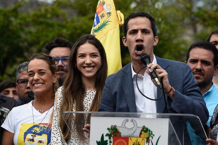 Juan Guaidó met zijn vrouw (links) tijdens de teospraak.  Beeld AFP