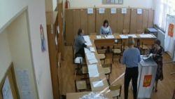 Gesjoemel tijdens Russische presidentsverkiezingen: bewakingsbeelden tonen hoe medewerkers extra stembrieven in bus duwen