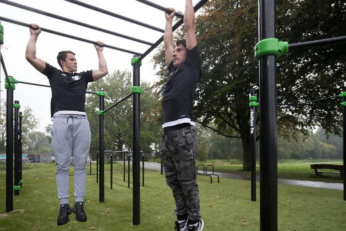 Youri Kuiper (links) en Daniël Palma proberen het nieuwe calisthenics park van Veenendaal uit.
