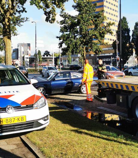 Bestuurder oldtimer rijdt net na afslag Takenhofplein tegen boom
