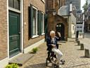 Ria de Jongh bij haar ouderlijk huis, Buurkerkhof 11, de voormalige kosterswoning van de Buurkerk.