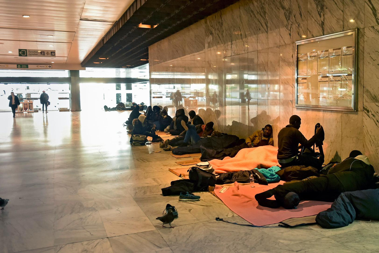 Des migrants en transit à la gare du Nord, à Bruxelles.