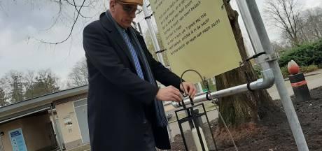 Gedichten en kaarsen bij entree begraafplaats in Almelo als alternatief voor afgelaste herdenkingsceremonie