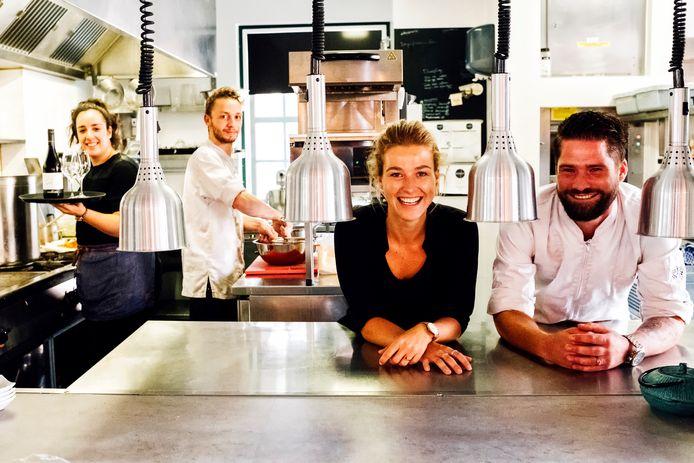 Medewerkster bediening Latifa Bounjoua, chef-kok Jeroen Cramer en eigenaren Kirsten Veltkamp en Jan Cees Graafland.