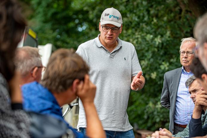 Aspergeteler Corné Ooms (midden) nodigde de gemeenteraad van Woensdrecht uit op zijn bedrijf in Ossendrecht om het belang van arbeidsmigranten voor de lokale economie aan te tonen en te pleiten voor goede huisvesting. Naast hem wethouder Henk Kielman.