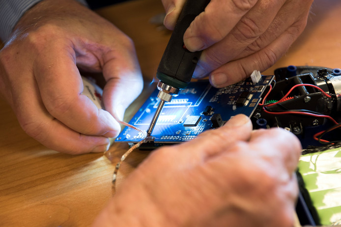 In een repaircafé weten vrijwilligers veel defecte apparaatjes te herstellen