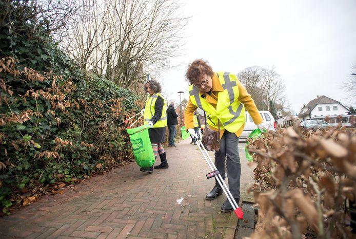 Afvalbrigade ruimt op in het centrum van Renkum.