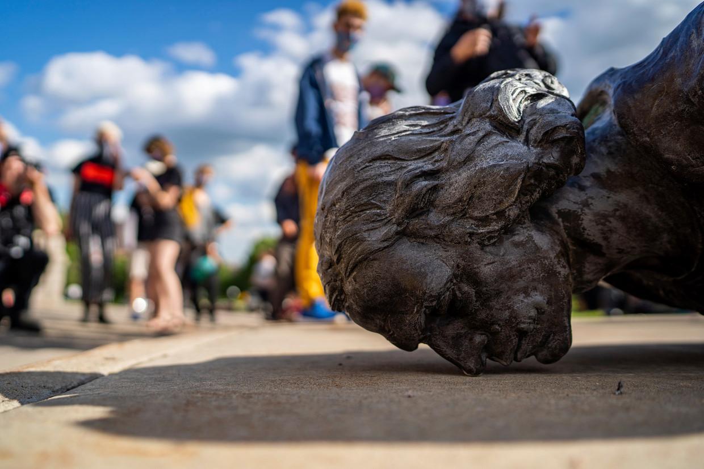 Een standbeeld van Christoffel Columbus moest het woensdag in het Amerikaanse St. Paul ontgelden. 'Waar eindigt dit? Moet de hele grachtengordel straks ook verdwijnen?'