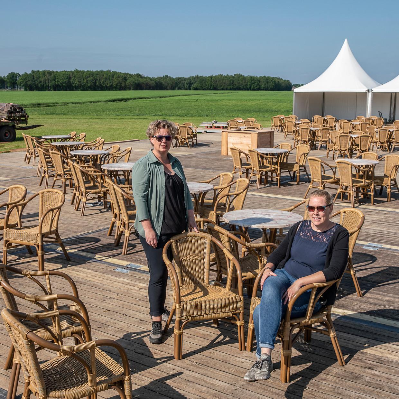 Marjon Boiten (links) en Yvon Klok zijn de organisatoren achter het Weilandterras. Beeld Harry Cock / de Volkskrant