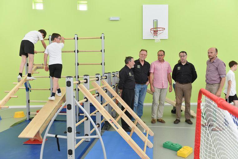 De bestuursleden van de 24 uren van Oudenaarde kwamen de toestellen bekijken die school Levensblij heeft gekocht.