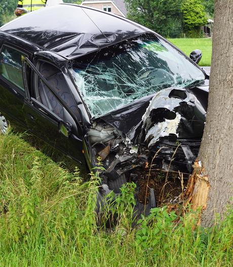 Auto total loss bij frontale botsing tegen boom bij Ruurlo