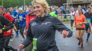 """""""Ik weet wel wat ik doe"""": acht maanden zwangere Sofie Goos (38) lacht kritiek weg tijdens 10 Miles"""