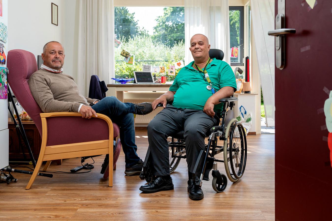"""Rinus Looten (in rolstoel) woont in verzorgingstehuis De Taling in Den Bosch. Nu de deur weer open staat kan broer Thijs hem bezoeken. ,,Alleen op die paar vierkante meter, dat was helemaal niks."""""""