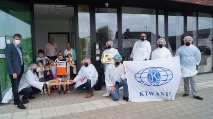 Kiwanis verdeelt tweehonderd paaspakketten aan kinderen in zestien opvangplaatsen