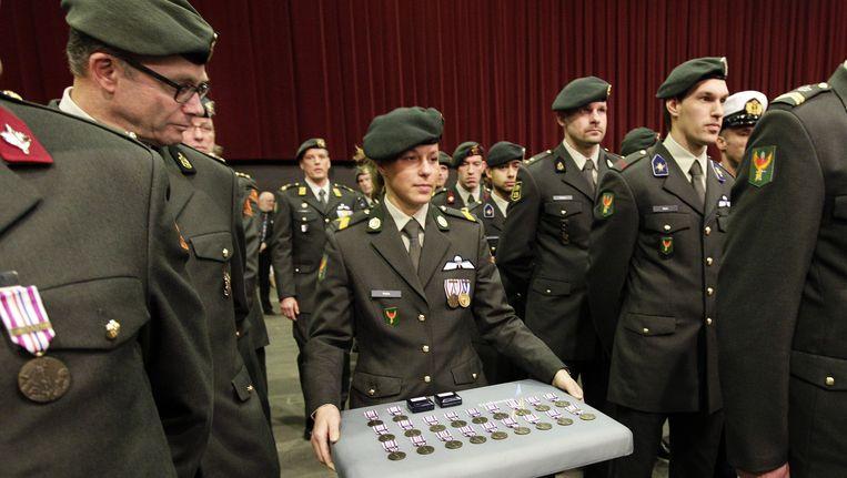 Nederlandse militairen krijgen een medaille voor hun deelname aan ISAF III in Uruzgan. Beeld anp