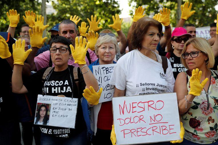 """Betogers op de eerste dag van het proces tegen Eduardo Vela in juni. Op het rechtse bord staat te lezen: """"Onze pijn kan niet verjaren""""."""