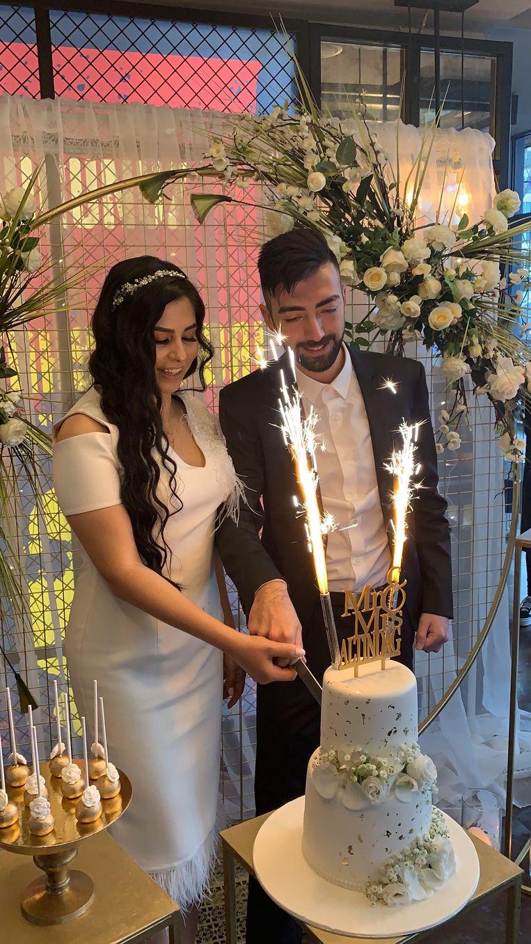 Mustafa en Tülin Altindag op 10 maart, na de sluiting van het burgerlijk huwelijk en de echtverbintenis voor de islam.  Beeld privé foto