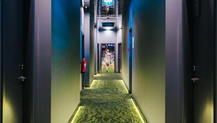 In de gangen ligt grasgroen tapijt. Beeld null