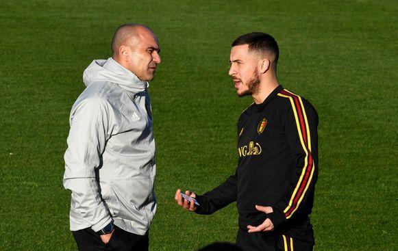 Bondscoach Roberto Martínez in overleg met aanvoerder Eden Hazard.