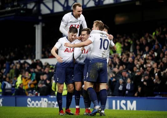 Vreugde bij de spelers van Tottenham Hotspur na de 2-6 van Harry Kane.