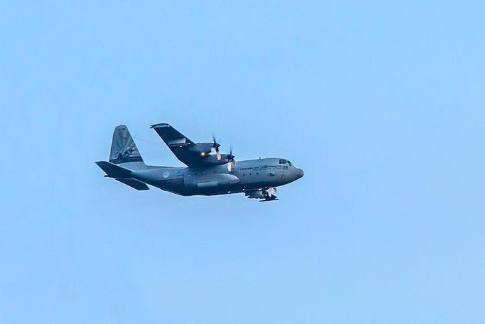 Een Hercules C-130 vliegt over de Ruwaard in Oss op de terugweg naar Eindhoven.