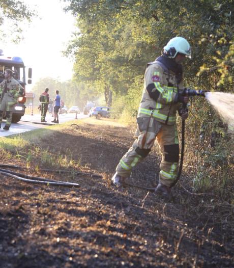 Brandweer met spoed naar brand in kurkdroge berm in Enter