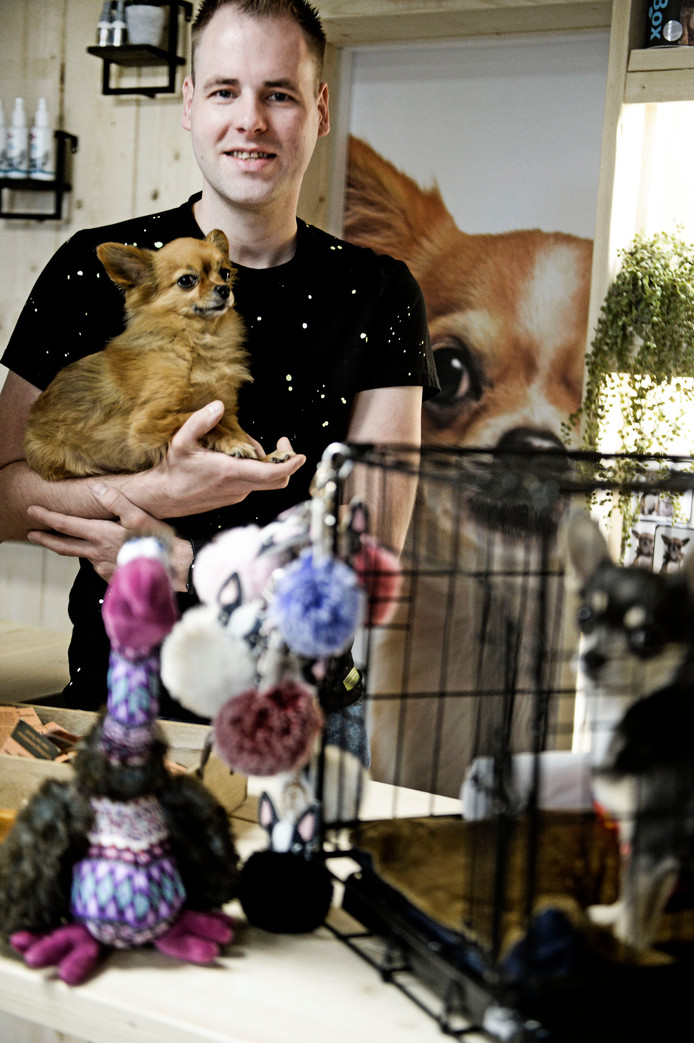 TT-2019-010863 Enschede - Chihuahuashop, Danny Hulst Danny met twee hondjes en attributen voor de serie