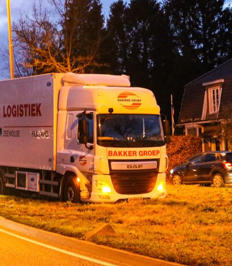 Truck rijdt zich vast in middenberm in Beekbergen
