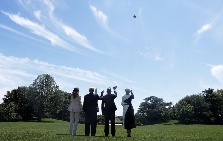 First Lady Melania Trump, Donald Trump, de Poolse president Andrzej Duda en zijn vrouw Agata Kornhauser-Duda kijken naar een demonstratievlucht van de F-35 straaljager van Lockheed Martin in Washington D.C.. Beeld EPA