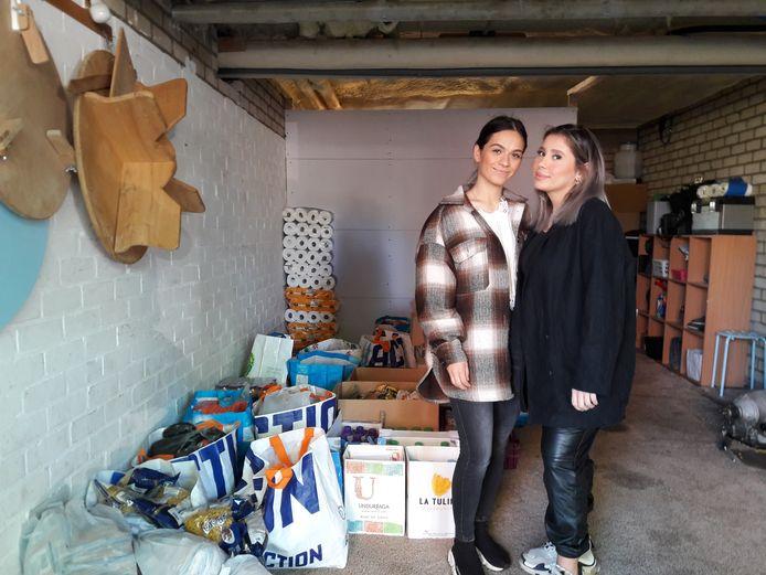 Sumeyra Akgun (links) en Meldanur Yazicioglu maken pakketten voor mensen die het minder hebben in deze tijd van corona.