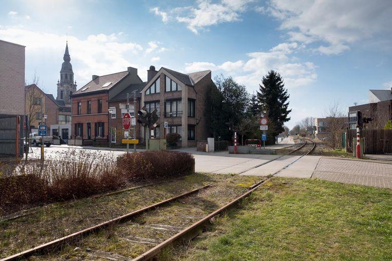 De spoorweg passeert vlak langs Puurs-centrum.