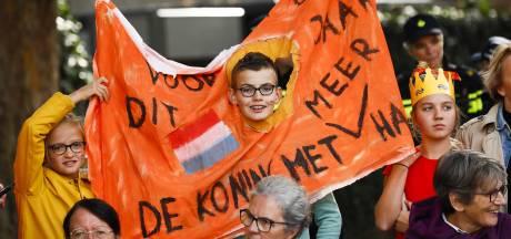 LIVE | Koffertje staat klaar, lawaaiprotest langs route koninklijke stoet