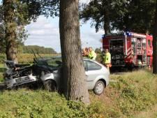 Auto botst in Laren tegen boom in bocht, bestuurder gewond