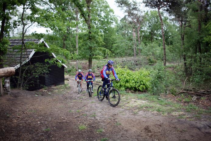 Mountainbikers op de Vennebulten bij de Schaapskooi.