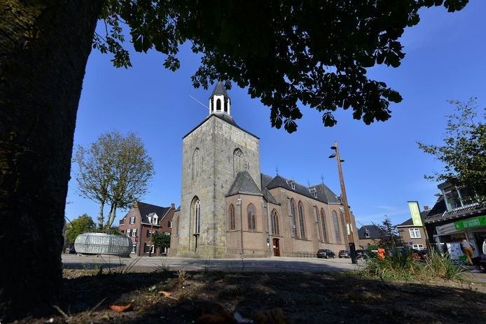 De Pancratius basiliek in het centrum van Tubbergen is een van de kerken van de parochie die de deuren voorlopig gesloten houdt voor het publiek in verband met corona.