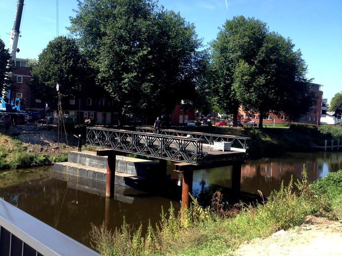 Sloop van het tijdelijke bruggetje langs de Bartenbrug