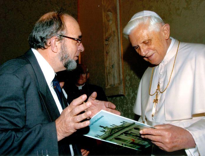 Paus Benedictus XVI (rechts).