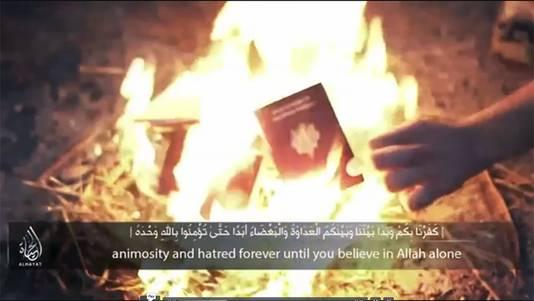 Still uit de video waarin de jihadisten hun paspoort verbranden.