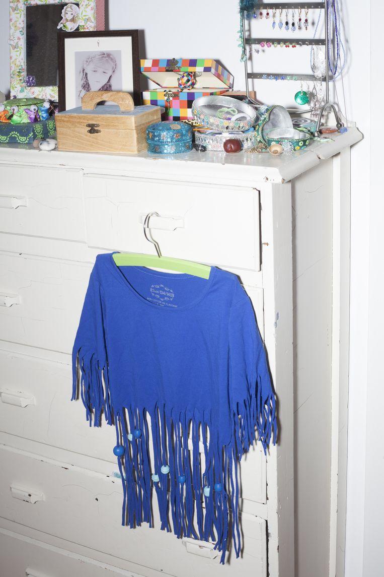 De kamer van Juliette met zelfgemaakte sieraden en de blauwe bloes met slieren. Beeld Zahra Reijs